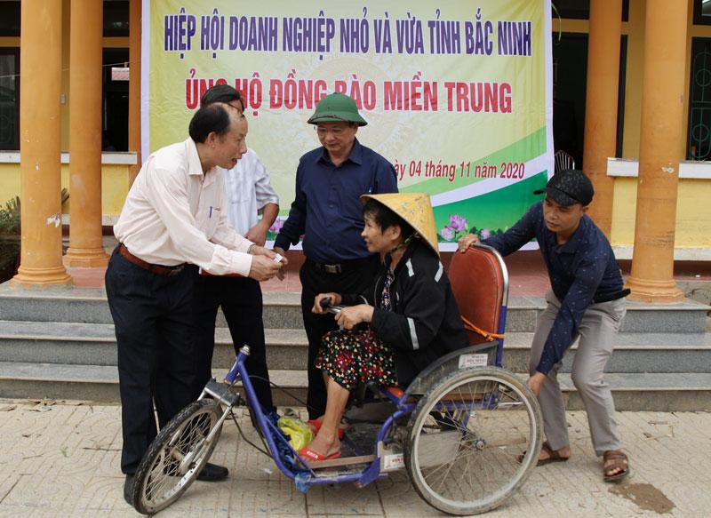 Hiệp hội Doanh nghiệp nhỏ và vừa Bắc Ninh chia sẻ khó khăn với người dân vùng lũ